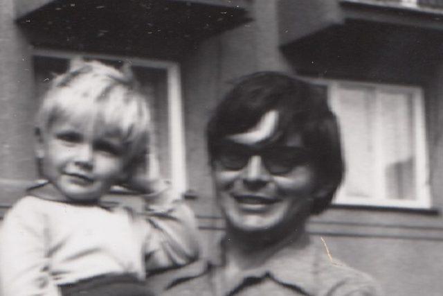 Miroslav Jeník se svým synem v první polovině 70. let 20. století. Na očích má černé brýle,  které musel nosit poté,  co utrpěl zranění při výbuchu ruské cisterny v Desné | foto: Post Bellum