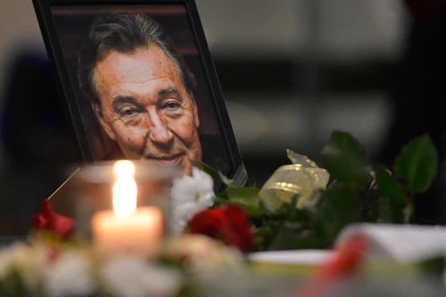 Portrét zpěváka Karla Gotta u kondolenční knihy k jeho úmrtí