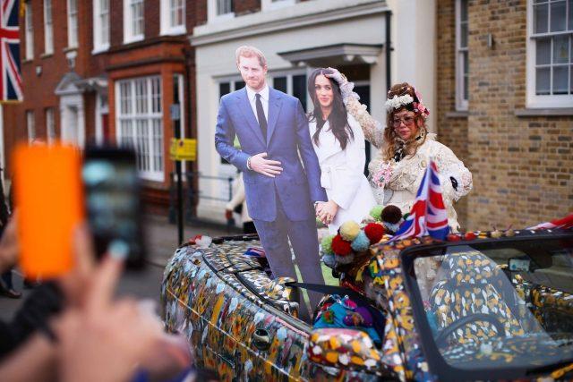 Britský princ Harry a americká herečka Meghan Markle si v kapli svatého Jiří na královském hradě Windsor řekli ano a nyní budou používat titul vévoda a vévodkyně ze Sussexu