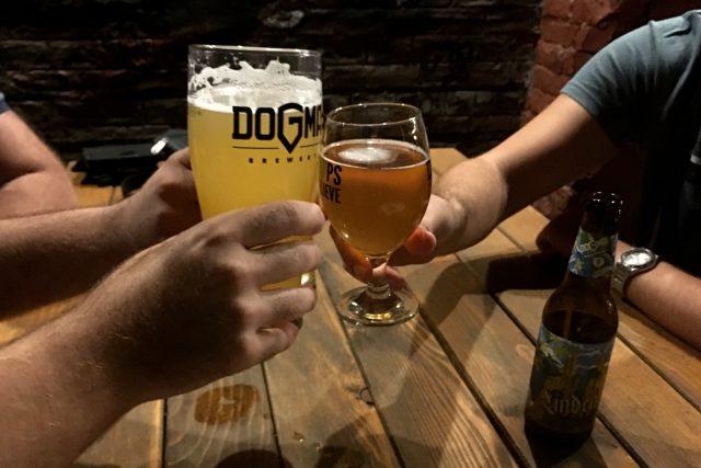 Dogma je něco,  o čem se nepochybuje,  vysvětluje jeden ze zakladatelů pivovaru význam jeho názvu   foto: Pavel Novák,  Český rozhlas,  Český rozhlas