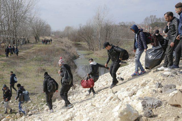 Migranti poblíž hraničního přechodu Pazarakule v Edirne v Turecku, kteří míří do Řecka