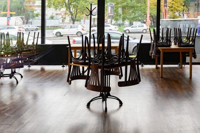 Prázdná restaurace během koronavirové pandemie (ilustrační foto)