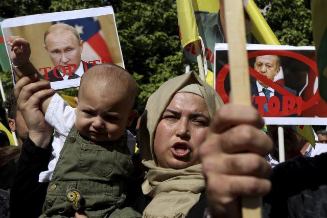 Kurdská žena protestuje proti vojenské operaci Turecka