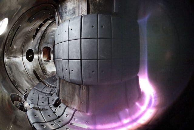 Vnitřní stěny zařízení jsou z materiálu podobného tomu, který se používá pro pláště raketoplánu. Ale ani to by pro teploty v řádu desítek milionů stupňů nestačilo