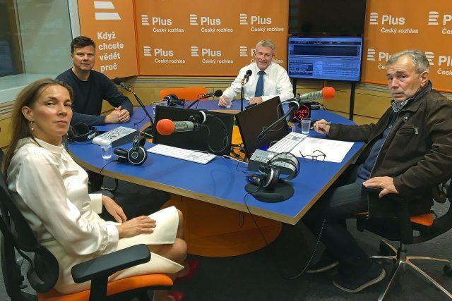 O tématech týdne diskutují (zleva) Lenka Zlámalová z týdeníku Echo, Jan Moláček z Deníku N, biolog a katolický kněz Marek Orko Vácha a moderátor Jan Vávra