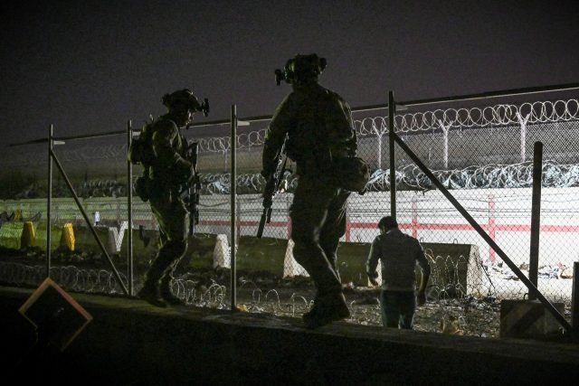 Vojáci na letišti v Kábulu   foto: Fotobanka Profimedia