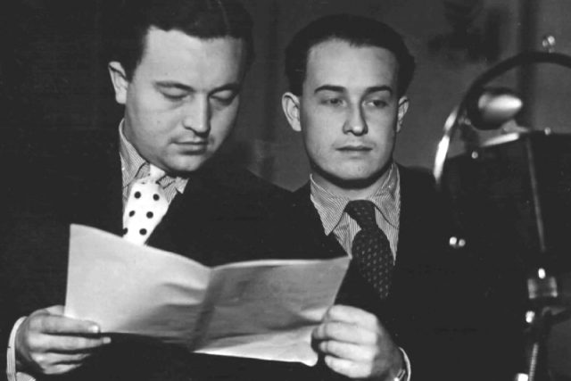 Jan Werich a Jiří Voskovec u mikrofonu Československého rozhlasu.jpeg