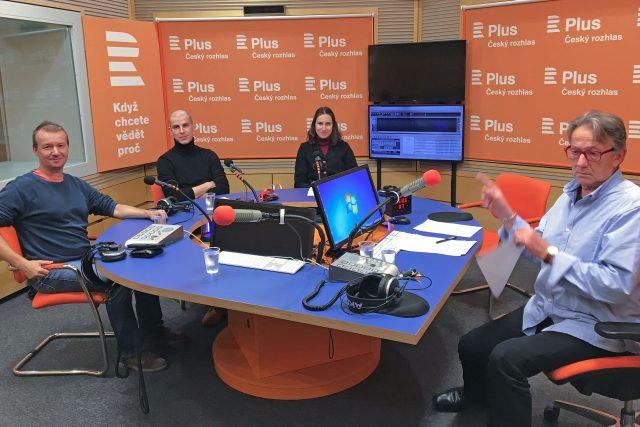 U diskusního stolu sedí (zleva) Petr Honzejk, Jan Gruber, Andrea Procházková a moderátor debaty Ondřej Konrád