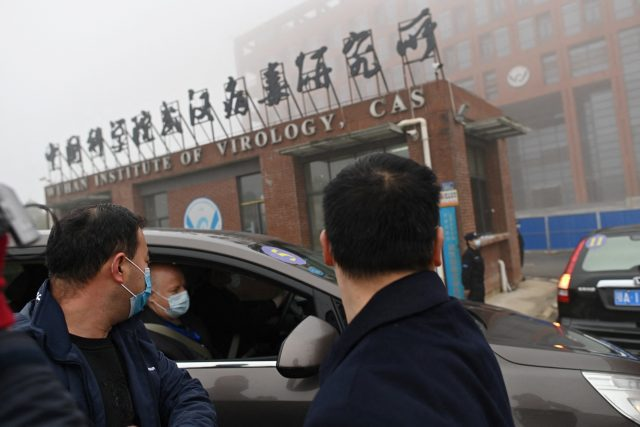 Experti WHO přímo ve Wu-chanu hledají původ koronaviru covid-19 (Members of the World Health Organization (WHO) team investigating the origins of the COVID-19 coronavirus arrive by car at the Wuhan Institute of Virology in Wuhan in China's central Hubei)