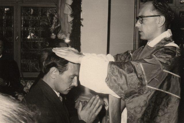 Ludwig Armbruster při primici dává novokněžské požehnání bratrovi, Frankfurt nad Mohanem 1959