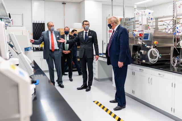 Americký prezident Donald Trump ve společnosti šéfů biotechnologických firem Martina Meesona (Fujifilm) a Stanleyho Ercka (Novavax)