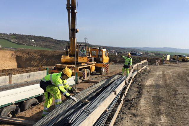 Stavba jednoho z mostů na dálnici D1 u Přerova