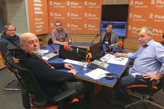 U kulatého stolu s rohem diskutují (zleva) Jiří Leschtina, Milan Znoj (v popředí), Jakub Janda, Michael Žantovský a moderátor Jan Vávra