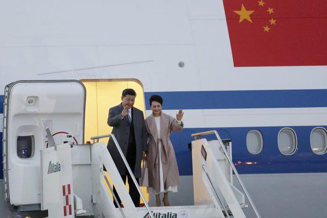 Si Ťin-pching s manželkou po přistání v Itálii