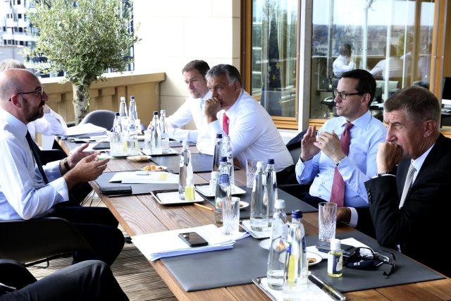 Zleva předseda Evropské rady Charles Michel a premiéři V4: Igor Matovič, Viktor Orbán, Mateusz Morawiecki a Andrej Babiš