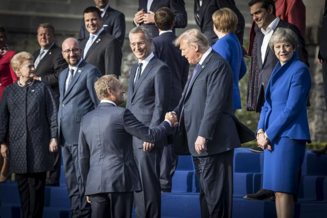 summit NATO společné foto; Donald Trump a Theresa May