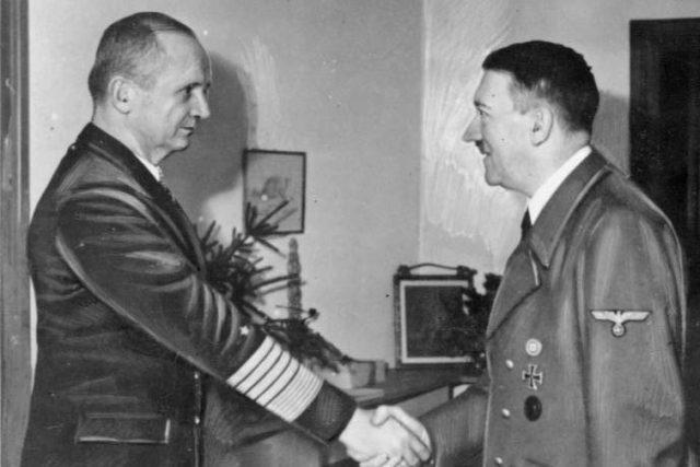 Adolf Hitler přijímá velkoadmirála Karla Dönitze