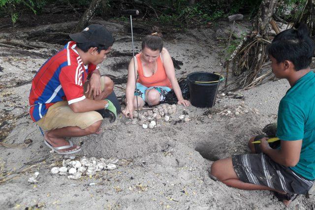 Hana Svobodová s místními strážci přírody kontroluje hnízdo