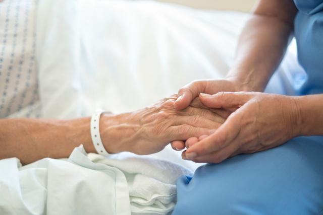 senior v nemocnici,  hospic,  umírání,  nevyléčitelně nemocný,  zdravotní sestra | foto: Fotobanka Profimedia