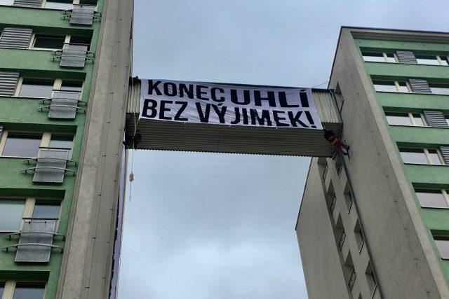 Transparent proti těžbě uhlí na budově společnosti SEV.EN ENERGY v Mostě