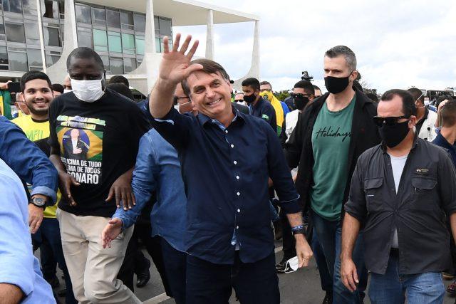 brazilský prezident Jair Bolsonaro (Brazil's President Jair Bolsonaro greets supporters upon arrival at Planalto Palace in Brasilia)