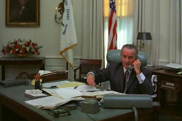 Americký prezident Lyndon B. Johnson v Oválné pracovně v lednu 1968.
