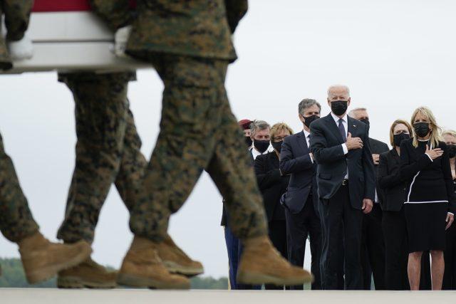 Prezident Joe Biden se na základně Dover ve státě Delaware při převozu obětí z Afghánistánu | foto: Carolyn Kaster,  ČTK/AP