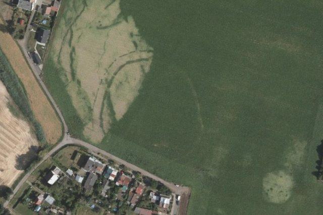 Na leteckém snímku se rýsuje obří kruhová svatyně o průměru přes 100 metrů v Kuklenách při ulici Na Stružce