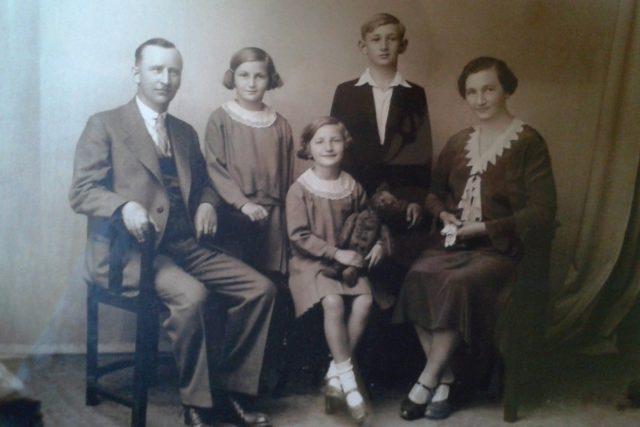 Jiřina Fořtová (uprostřed s medvědem) s rodiči, bratrem Miroslavem a sestrou Věrou