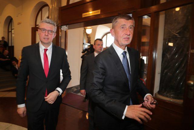 Vlevo ministr průmyslu a obchodu a zároveň ministr dopravy Karel Havlíček, vpravo premiér Andrej Babiš