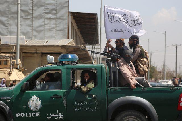 Bojovník Tálibánu hlídkuje u mezinárodního letiště v Kábulu  (ilustrační foto)   foto: Fotobanka Profimedia