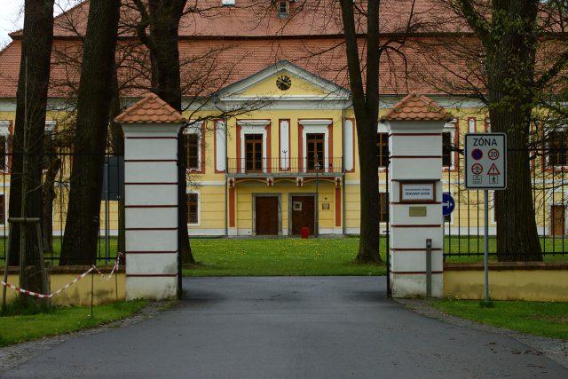 Hlavní vchod do zámku Červený dvůr, kde je umístěna psychiatrická léčebna