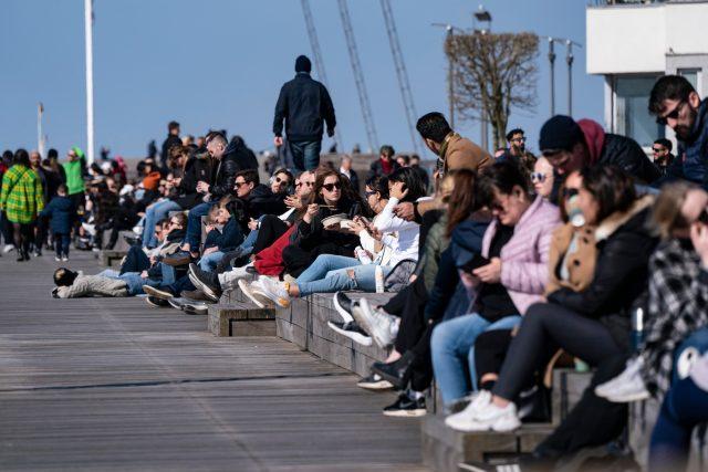 Lidé tráví víkend ve švédském přístavu v Malmö   foto: Fotobanka Profimedia