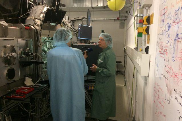 Kateřina Falk v laboratoři Helmholzova centra