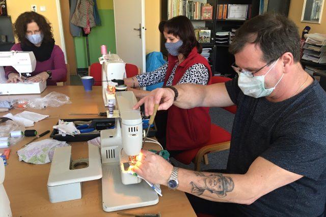Josef Šebek při údržbě šicích strojů ve školce v Růžové ulici v Mostě   foto: Jan Beneš,  Český rozhlas