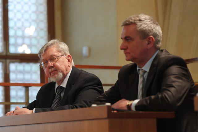 Bývalý kandidát na ústavního soudce Aleš Gerloch (vlevo) a hradní kancléř Vratislav Mynář