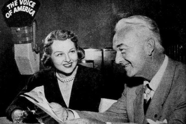 Jo Staffordová s hostem Williamem Boydem ve vysílání Hlasu Ameriky (březen 1951)