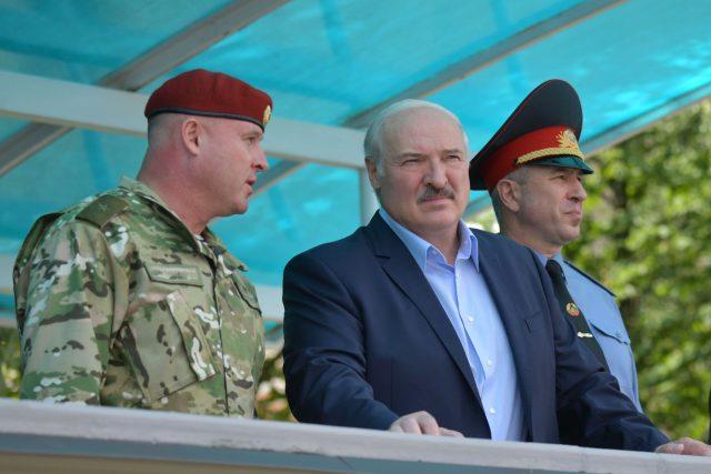 Běloruský prezident Alexandr Lukašenko při návštěvě útvaru vojsk ministerstva vnitra