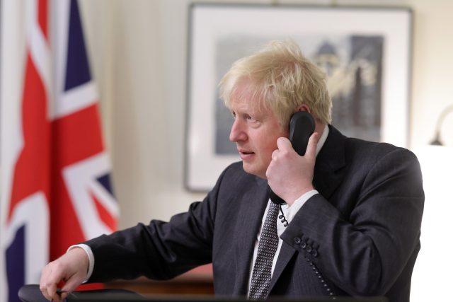 Britský premiér Boris Johnson telefonuje s šéfkou Evropské komise Ursulou von der Leyenovou   foto: Fotobanka Profimedia