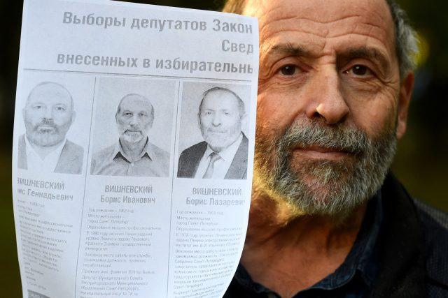 Boris Višněvskij,  65letý člen strany Jabloko,  ukazuje dva další kandidáty do voleb,  kteří vystupují pod jménem Boris Višněvskij | foto: Fotobanka Profimedia