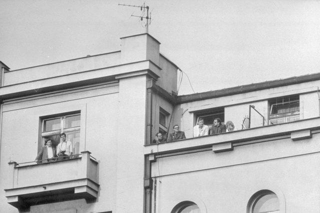 Příslušníci StB sledují účastníky demonstrace 28. října 1989 v Praze.