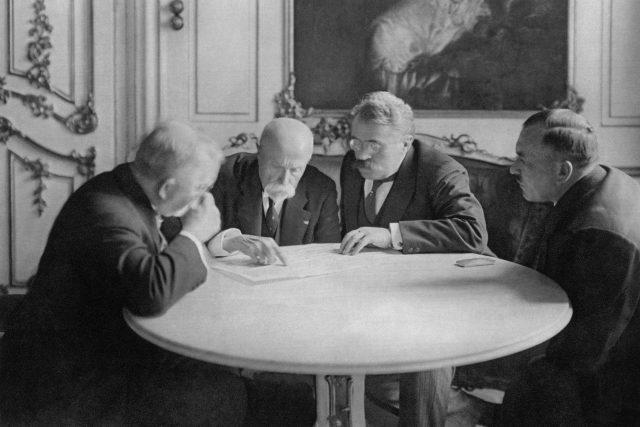 Předseda senátu Mořic Hruban, prezident Tomáš Garrigue Masaryk, předseda vlády František Udržal a ministr veřejných prací Jan Dostálek na snímku z roku 1929