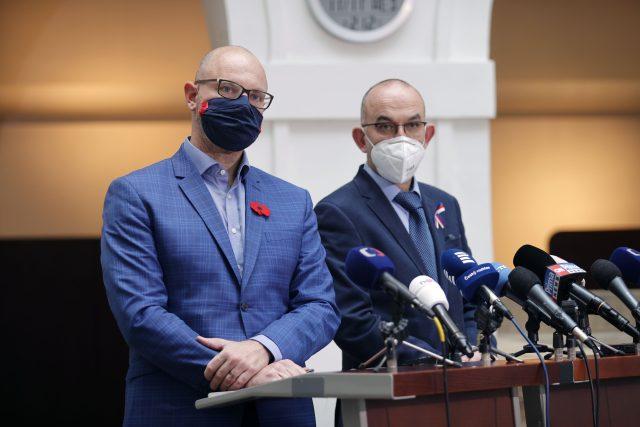 Ministr školství, mládeže a tělovýchovy Robert Plaga (ANO) a ministr zdravotnictví Jan Blatný (za ANO)