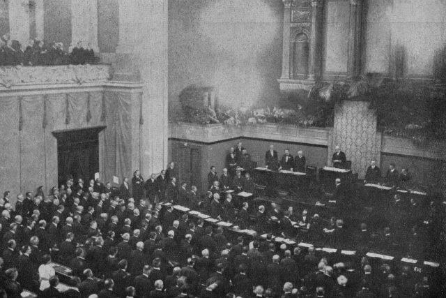 Prezident Masaryk skládá slib na ústavu na slavnostní společné schůzi Národního shromáždění a Senátu v budově parlamentu, 27. května 1920