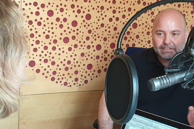 Lukáš Jelínek během natáčení podcastu V12