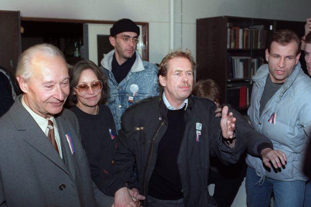Dubček, Kubišová a Havel jdou promluvit k 200 000 demonstrantům na Václavském náměstí, kteří přišli 24. listopadu vyzvat komunistickou vládu k demonstraci