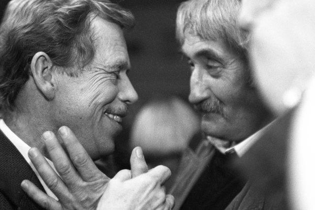 Václav Havel s hercem Pavlem Landovským,  1991 | foto: Ondřej Němec,  Profimedia