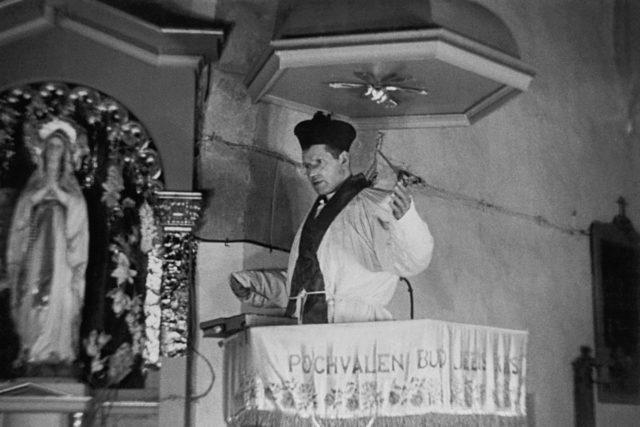 Kněz Josef Toufar při rekonstrukci zázraku v Čihošti