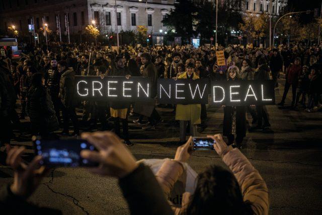 Green New Deal se přibližně překládá jako Nový zelený úděl.