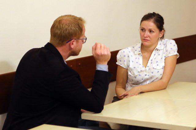 Karolína Koubová z Fóra Jihlava diskutuje s Petrem Laštovičkou z ODS